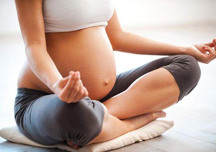 Yoga là bộ môn khá tốt để bà bầu giảm stress