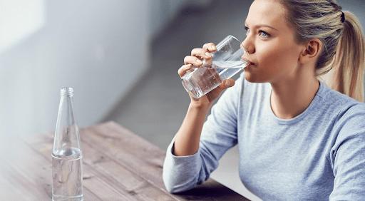 Uống nhiều nước giúp giảm cân sau sinh