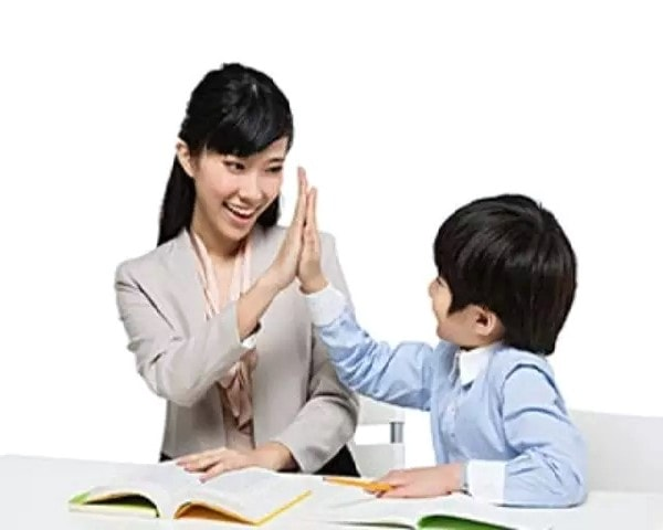 Nói chuyện với bé sau buổi dạy đầu tiên khi lựa chọn gia sư cho học sinh lớp 2