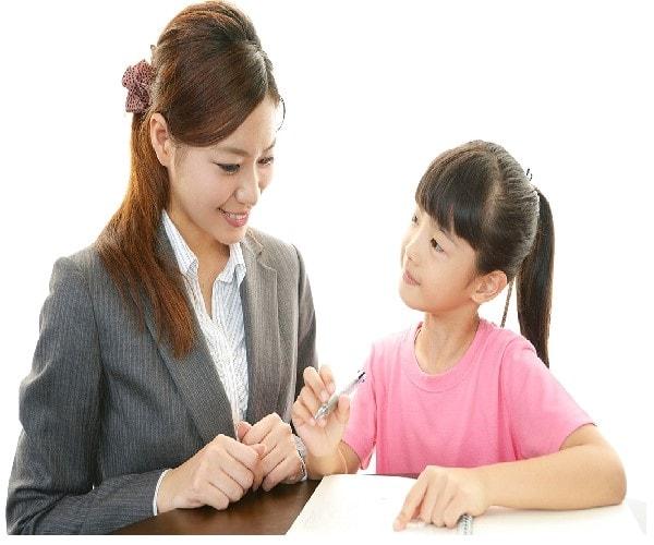 Trò chuyện với gia sư khi chọn gia sư cho bé lớp 2