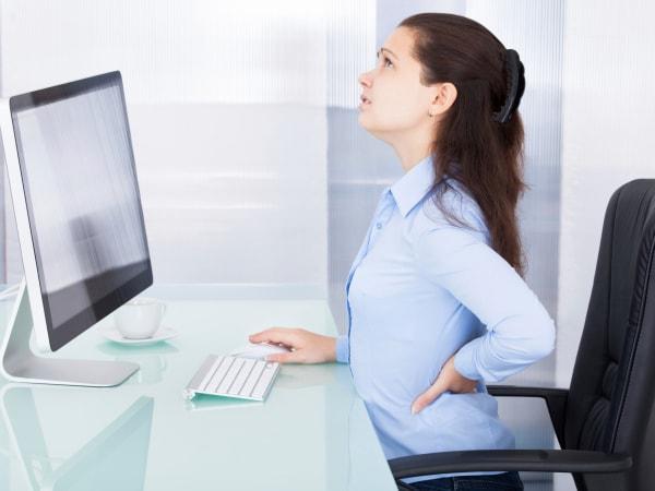 10 thói quen xấu gây đau lưng ở dân văn phòng