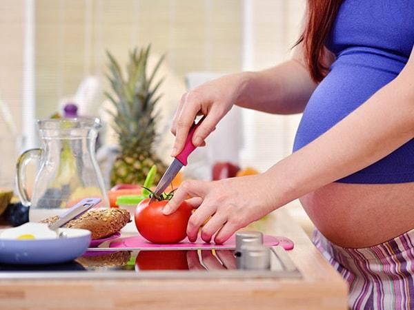 Chế độ ăn uống phù hợp là cách giúp mẹ bầu hạn chế tình trạng ợ chua