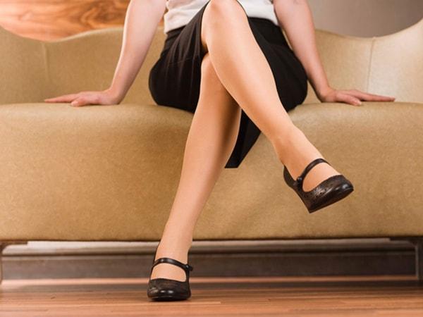 Không nên bắt chéo chân quá lâu khi làm việc