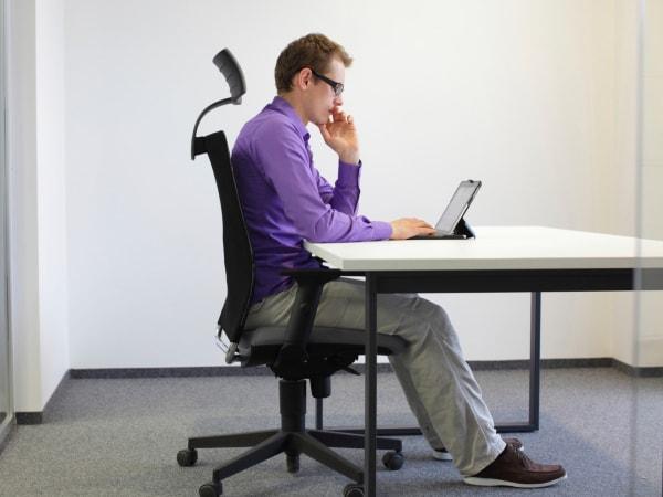 Dùng một chiếc ghế văn phòng xoay có đầy đủ chức năng giúp dân văn phòng tránh được bệnh đau lưng kinh niên
