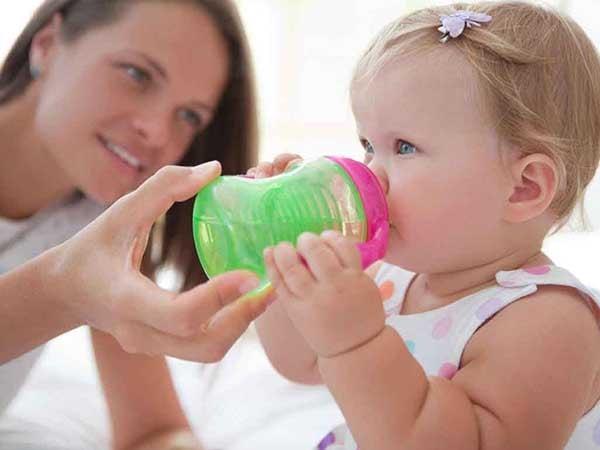 Thường xuyên bù nước cho bé