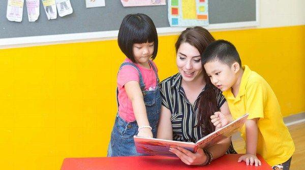 Cho trẻ xem nhiều các hình ảnh liên quan đến tiếng Anh