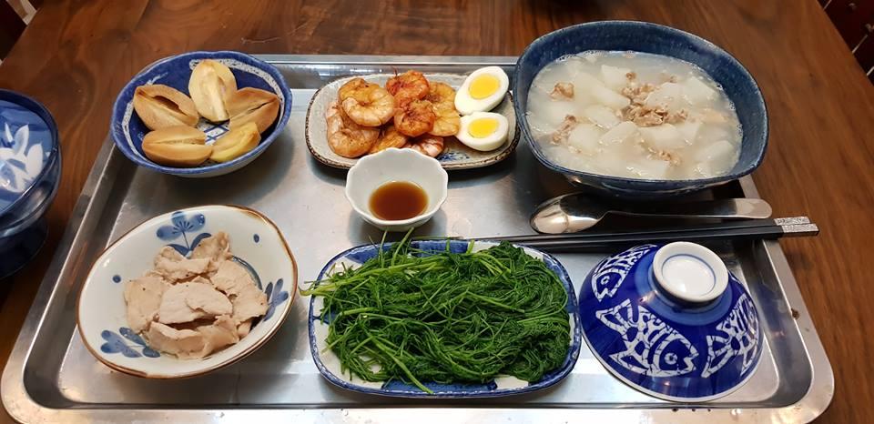 Nên ăn đa dạng món ăn và chia nhỏ các bữa ăn trong ngày, tránh ăn quá no