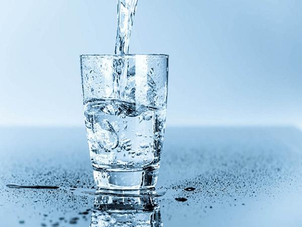 Người bị đau đầu nên uống nhiều nước