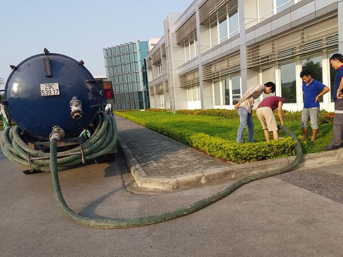 Công nhân đang tiến hành thi công hút bể phốt
