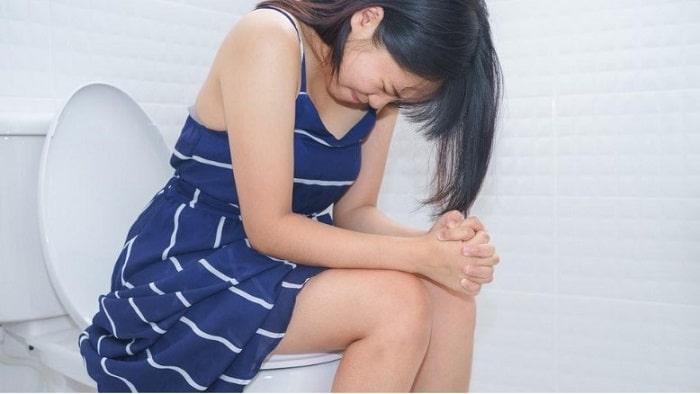 Bà bầu không nên đi vệ sinh với tư thế ngả người về phía trước