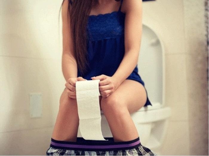 Bà bầu nên ngồi tư thế thẳng khi đi vệ sinh