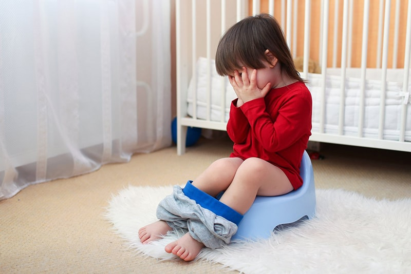 Bé đi vệ sinh quá lâudẫn đến bệnh trĩ ở trẻ